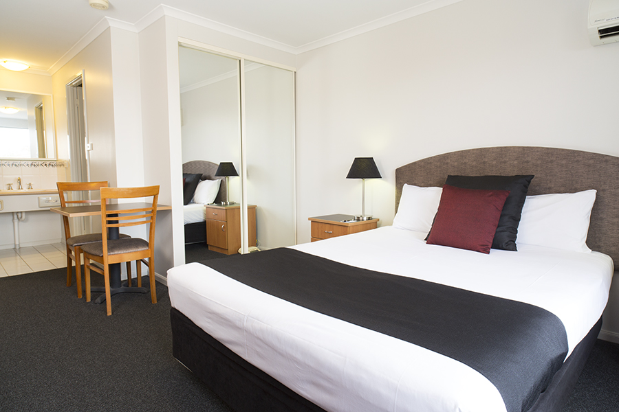 Interconnecting Family - 4 in two rooms or 6 with extra rollaway beds